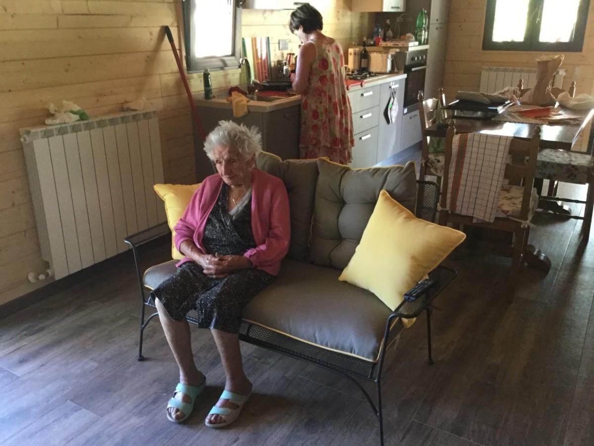 Sisma Marche: Nonna Giuseppa, 95 anni, sfrattata dalla sua casetta perchè per la burocrazia è abusiva