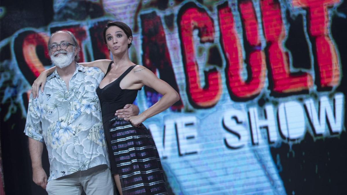 Stasera a Stracult Live Show su Rai 2 ospiti il regista Enrico Vanzina, Giulia Elettra Gorietti, Eugenio Franceschini, Max Tortora