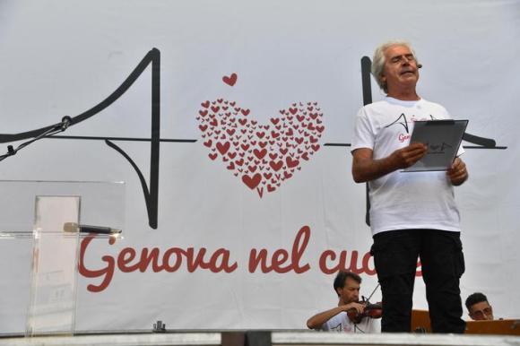 Crollo ponte: applausi per Toti e Bucci arrivati in piazza