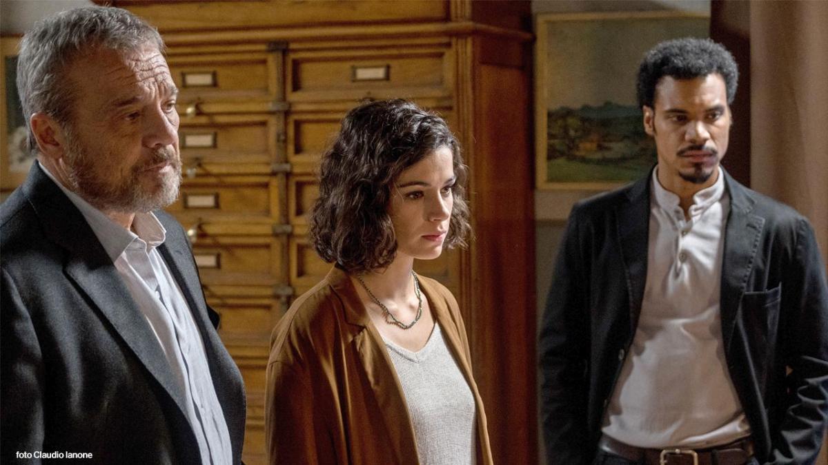 Nella quarta puntatadella fiction Nero a metà, in onda lunedì 10 dicembre su Rai1 alle 21.25, Carlo e Malikindaganosulla morte misteriosa di una rapper