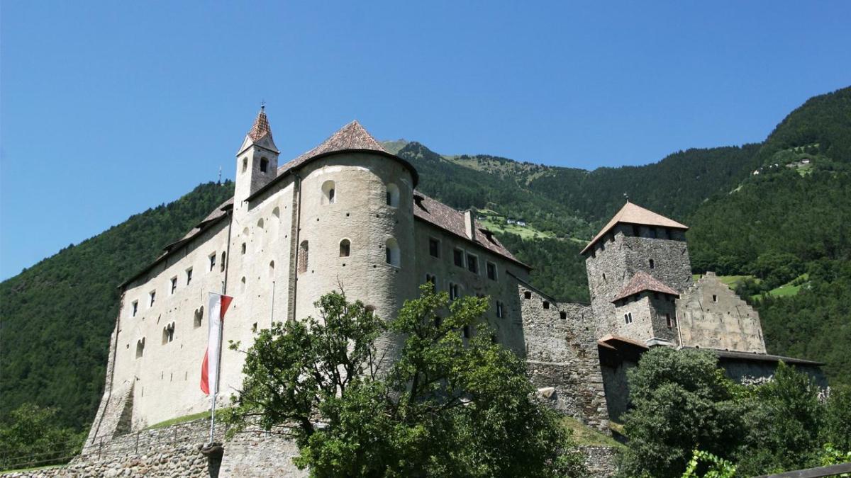 """Domenica 9 dicembre a """"Paesi che vai"""", su Rai1 alle 9.40, Livio Leonardi condurrà i telespettatori attraverso alcuni dei più spettacolari Castelli del Trentino"""