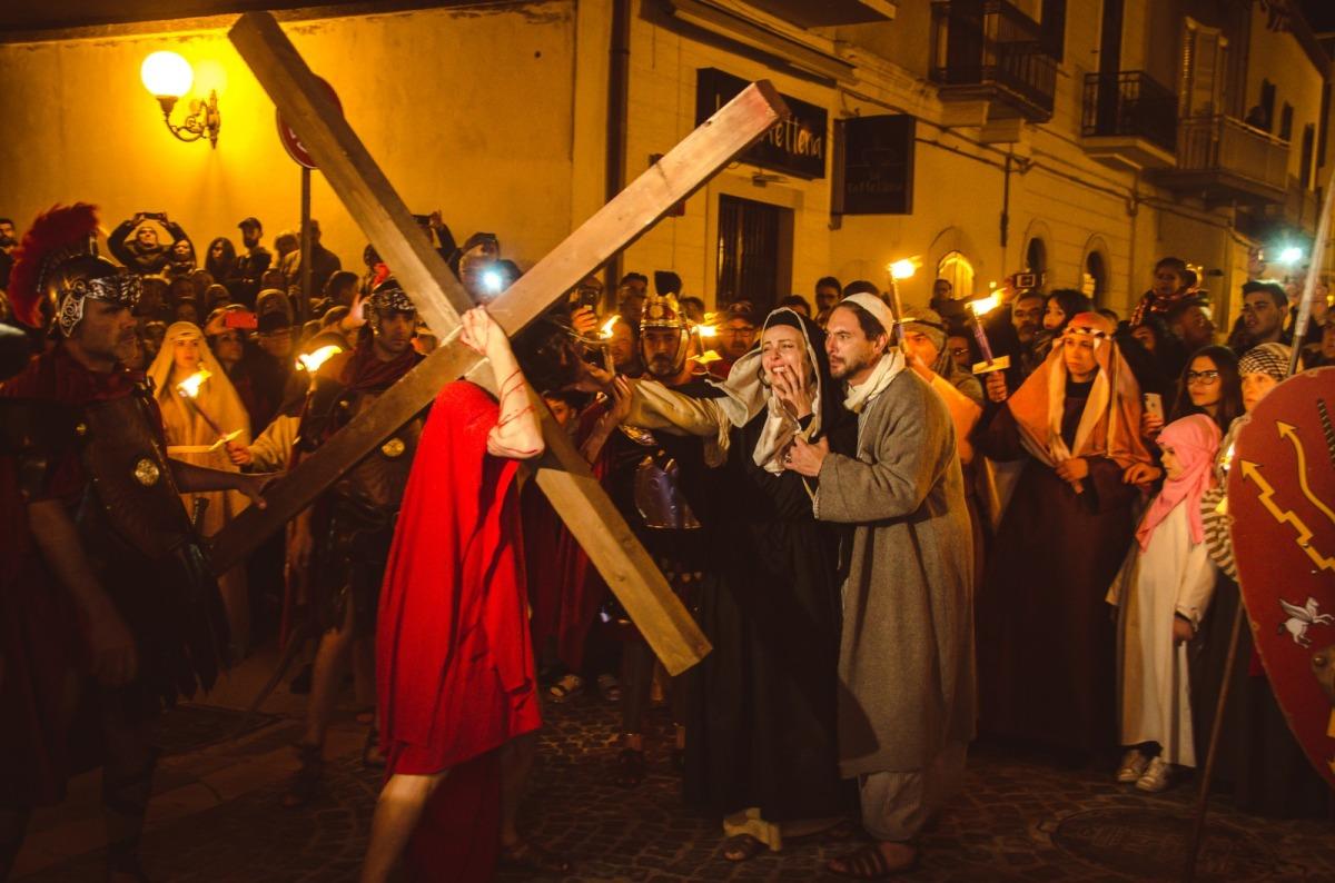 A Trinitapoli grande successo per l'opera moderna Anima Christi, il nuovo progetto di Gerardo Russo con gli eccellenti interpreti Graziano Galatone e Violante Placido. Le foto dell'evento