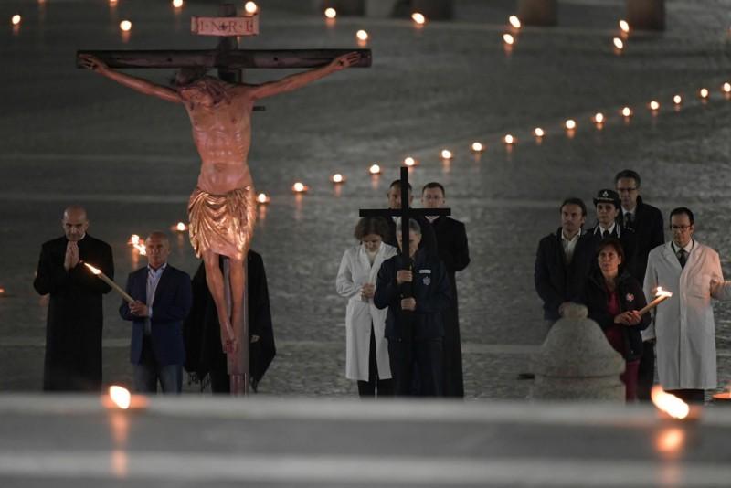 Papa Francesco ha presieduto la Via Crucis in una Piazza San Pietro senza  fedeli