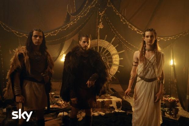 Wiros (Francesco Di Napoli), Yemos (Andrea Arcangeli) e Titos Tatios (Emanuele Maria Di Stefano) in una scena dei nuovi episodi